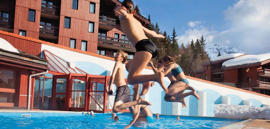 France_La-Plagne_Plagne-Lauze-Apartments_Outdool-pool-children-jumping.jpg